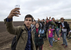 syrian-refugee-teen-takes-selfie